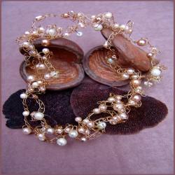 Ketting, gehaakt op gouddraad met diverse parels