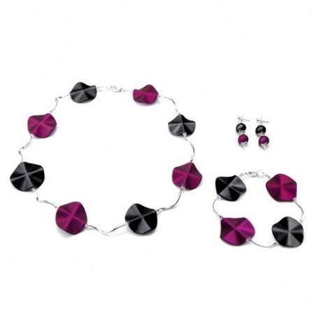 Oorbellen met acrylkralen in de kleuren paars-zwart.