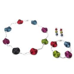 Armband met acrylkralen in diverse verschillende kleuren en verzilverde gebogen buisjes