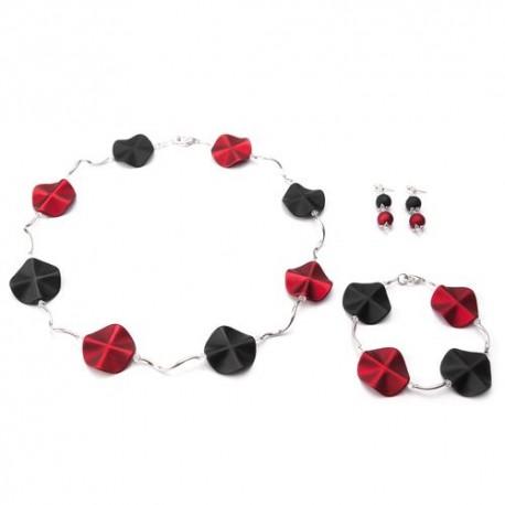 Armband met acrylkralen in de kleuren rood-zwart en verzilverde gebogen buisjes