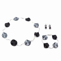 Armband met acrylkralen in de kleuren grijs-zwart en verzilverde gebogen buisjes