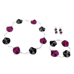 Armband met acrylkralen in de kleuren paars-zwart en verzilverde gebogen buisjes