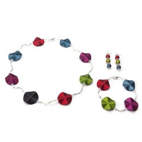Ketting met acrylkralen in diverse verschillende kleuren en verzilverde gebogen buisjes