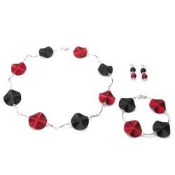 Ketting met acrylkralen in de kleuren rood-zwart en verzilverde gebogen buisjes