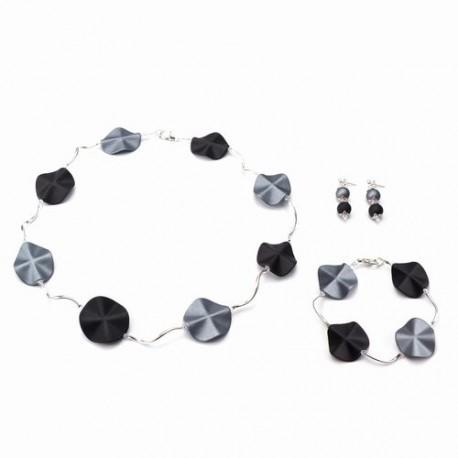Ketting met acrylkralen in de kleuren grijs-zwart en verzilverde gebogen buisjes